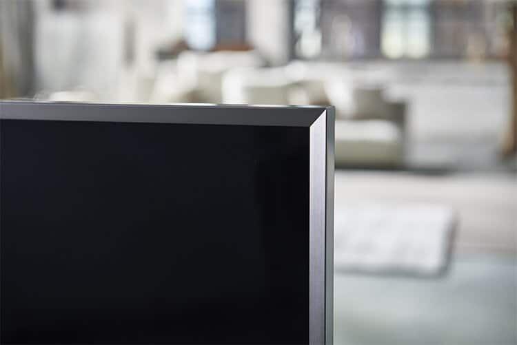 Der neue abgeschrägte Rahmen – wie hier beim SUHD TV JS9590 – lässt das an der Wand befestigte Fernsehgerät wie ein Kunstwerk wirken.