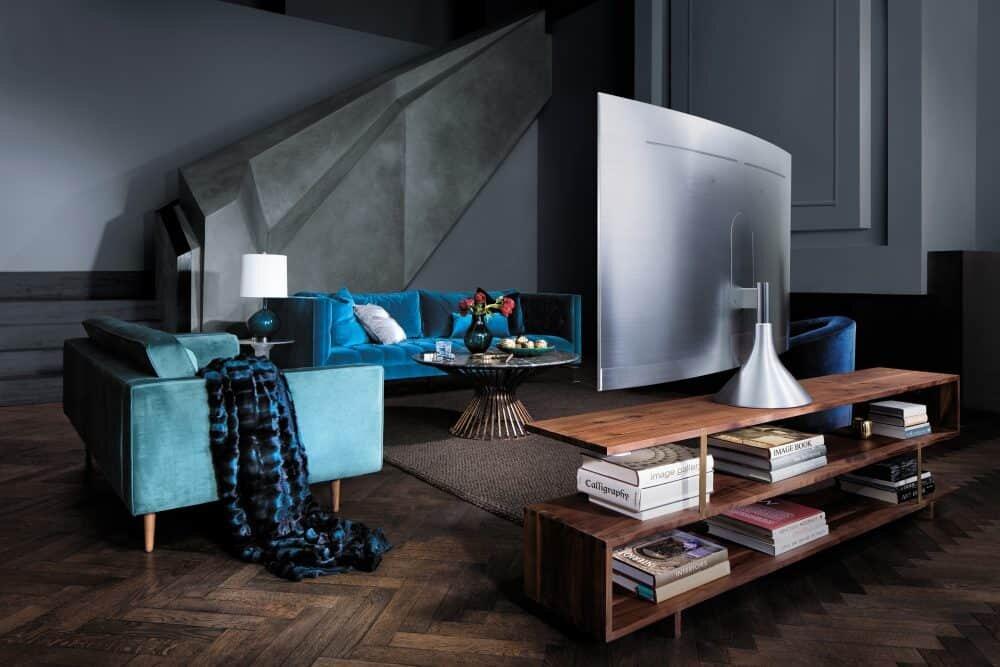 """Mit verschiedenen Standfüßen und einer neuen """"No-Gap""""-Wandhalterung bietet die Q-Serie seinen Kunden eine stark vereinfachte und elegante Lösung für die Aufstellung und lässt dabei gleichzeitig das Kabelwirrwarr verschwinden. Gleichzeitig ist das rahmenlose Design aus Echtmetall ein wahrer Hingucker."""